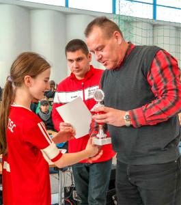 Klaus-Jürgen Weidling, Präsident des Berliner TSC, gratuliert beim Neujahrscup 2015