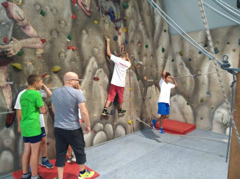 Die Kinder im Kletterpark