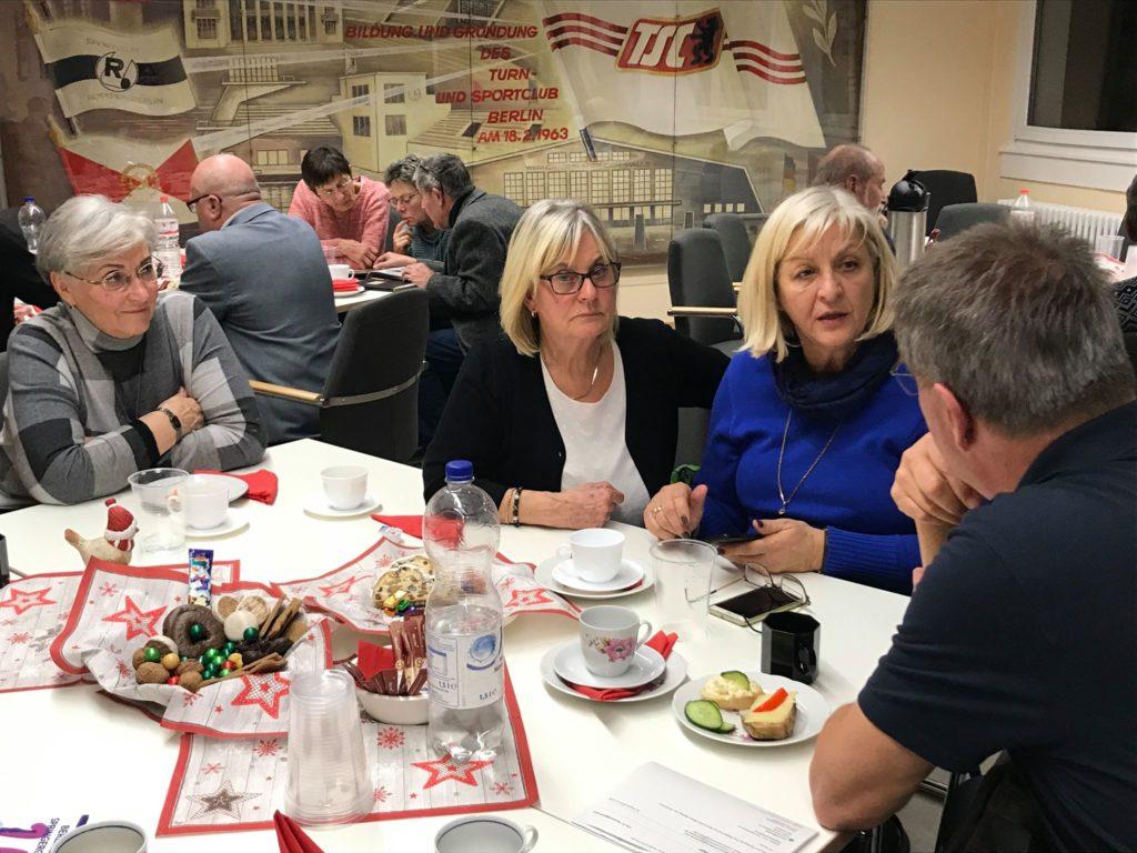 Nette Gespräche bei der Weihnachtsfeier der Ehrenmitglieder