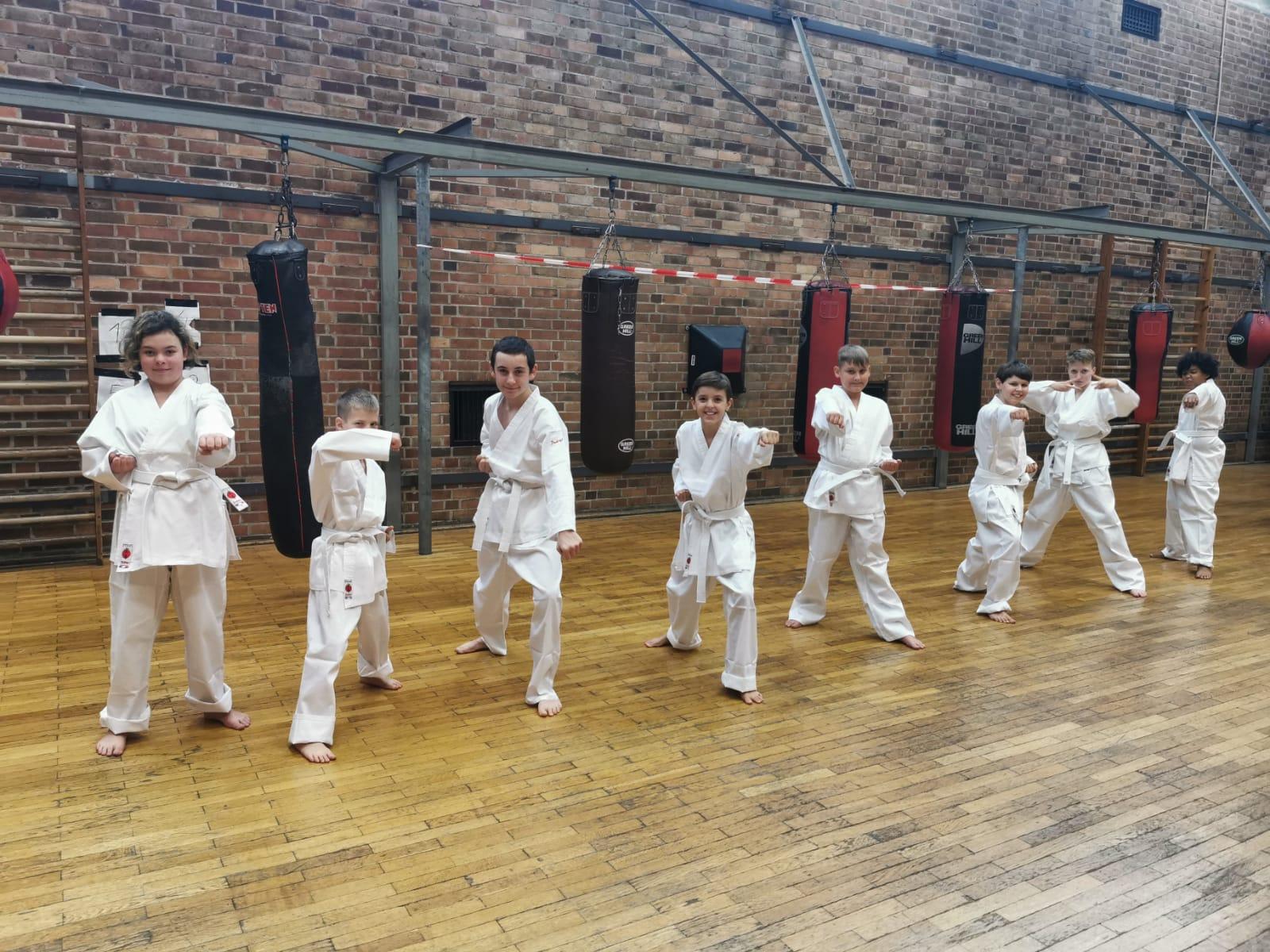 Für alle Kinder gab es einen neuen Karateanzug